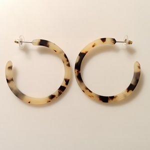Jewelry - 🆕 Blond Tortoiseshell Cream & Black Hoop Earrings